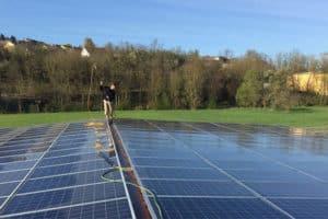 Photovoltaik Reinigung in Würzburg für eine Photovoltaikanlage auf einer grünen Wiese